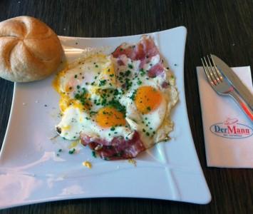 Der Mann - Frühstücken in Wien