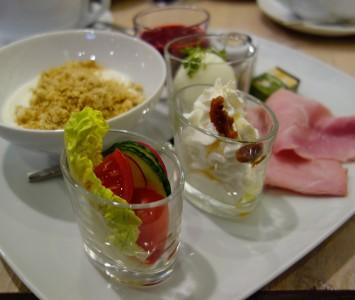Frühstück im Rauwolf in der SCS in Vösendorf