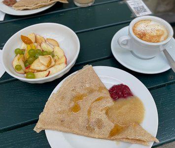 Frühstück im Café der Provinz in Wien
