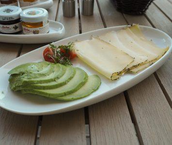 Frühstück in der Frühstücksbar in der Panzerhalle in Salzburg