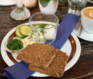 Frühstück im Café in der Burggasse 24 in Wien