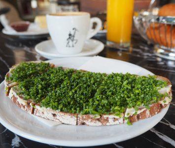 Frühstück im Café Westend in Wien