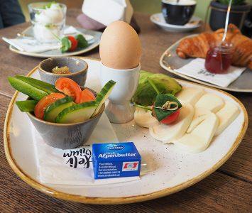Frühstück im DELIrium Design Café in Wien